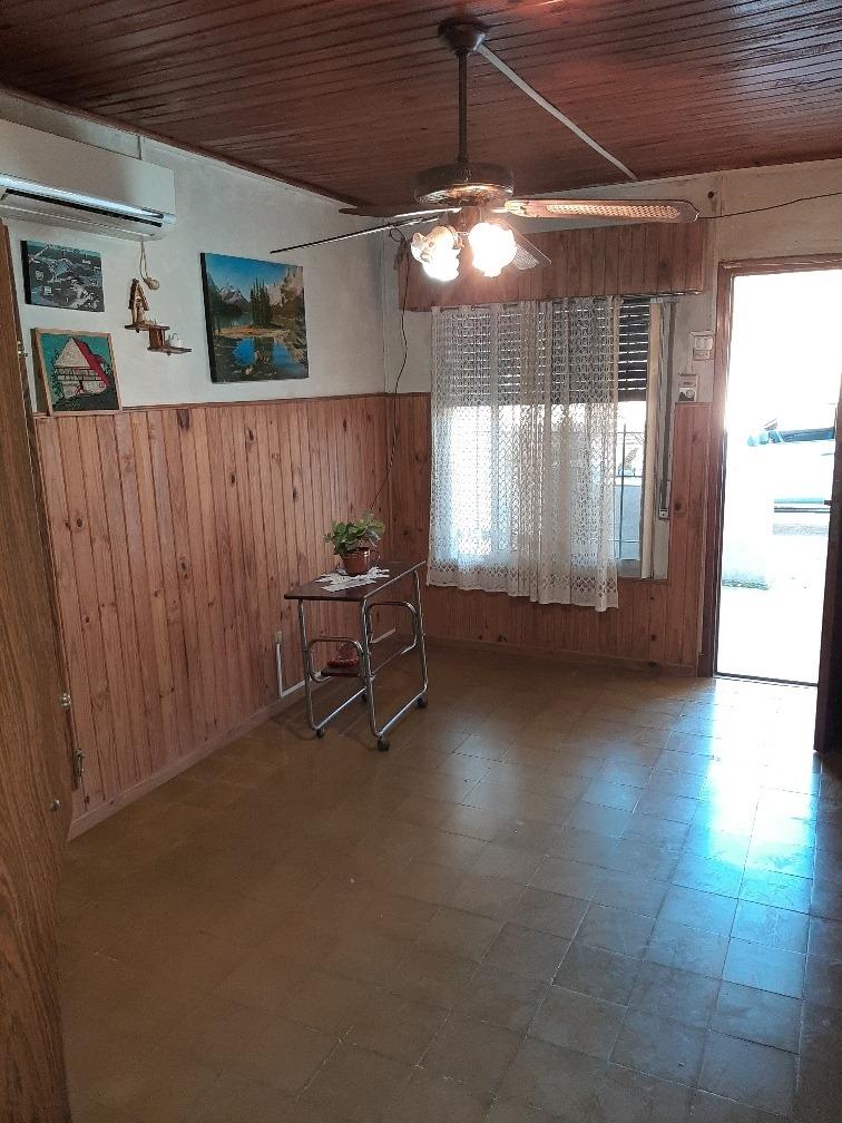 casa cuatro ambientes, 1 baño y patio