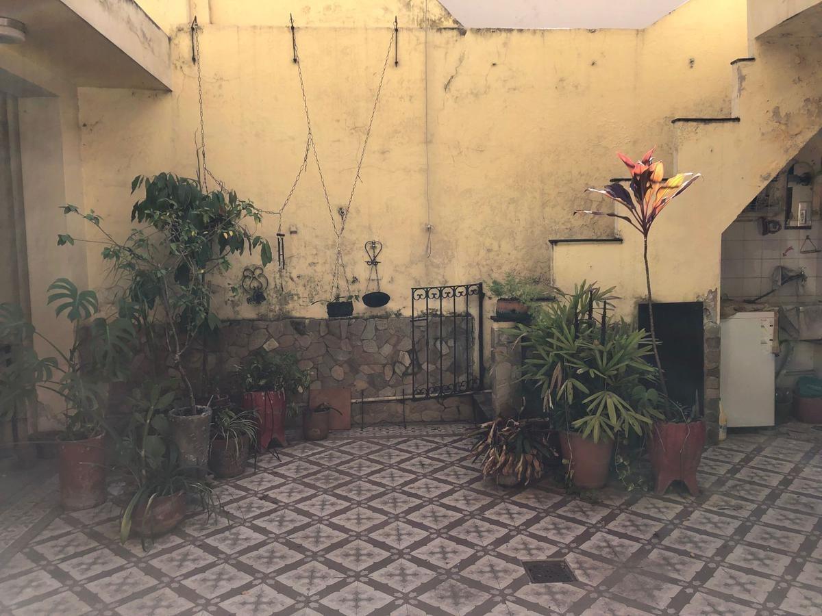 casa de 2 dorm. con patio y terraza ideal para desarrollo edilicio