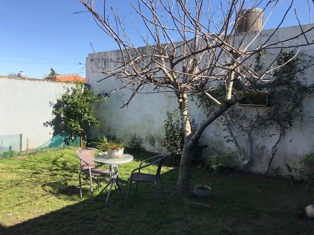 casa de 2 dormitorios, con jardin y cochera - san jose