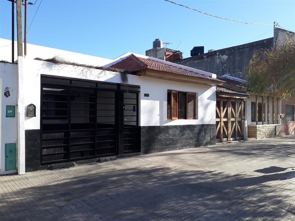 casa de 2 dormitorios con quincho y parque la plata