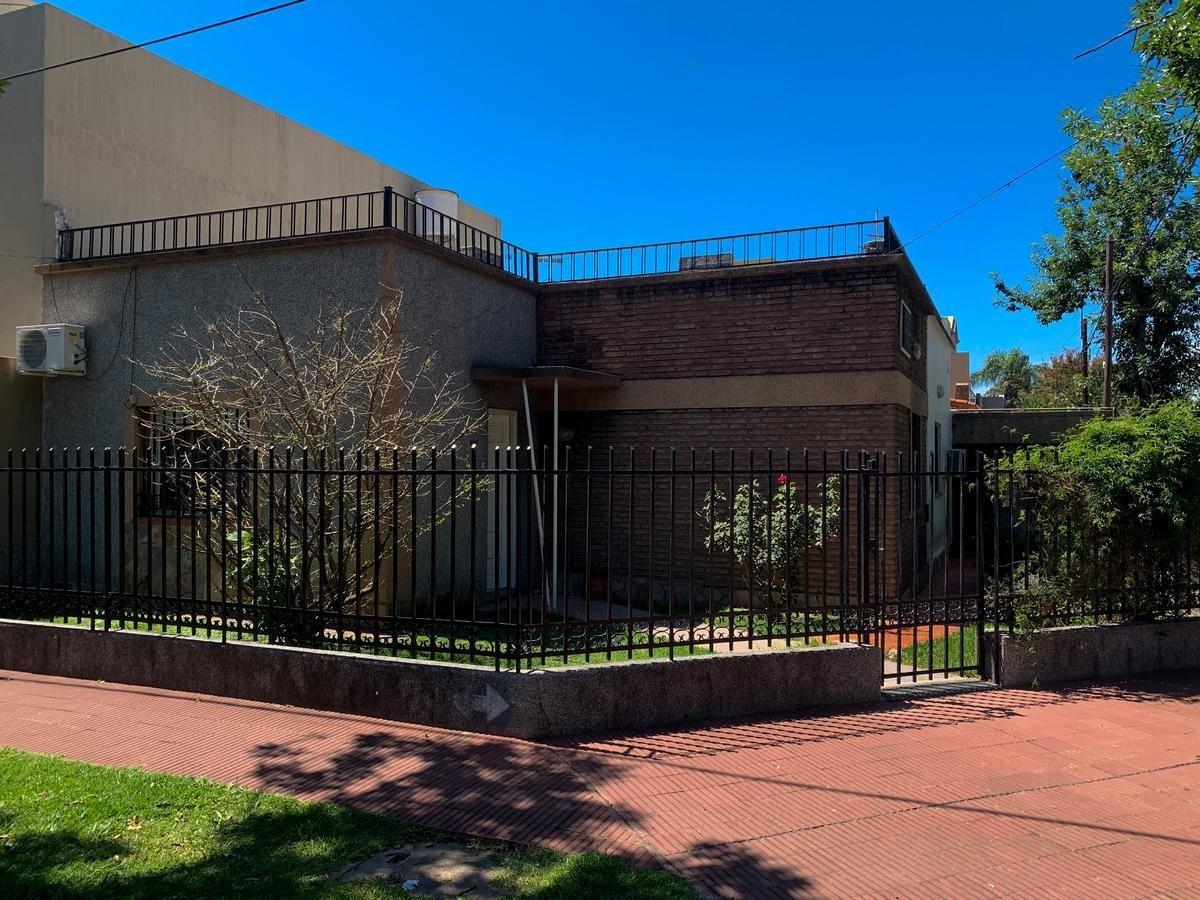 casa de 2 dormitorios en esquina con terreno de 268mts2 - alberdi