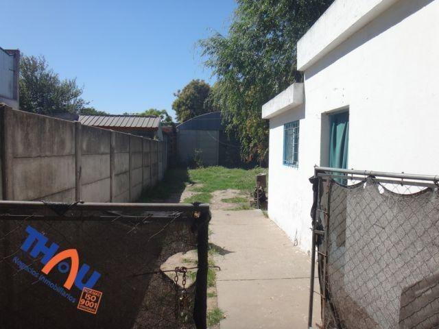 casa de 2 dormitorios en zona industrial, cocina comedor, baño, lavadero patio de 240 m2 con galpón parabólico de 100 m2 (ideal taller /depósito). terreno de 10 x 38 orientado al norte.