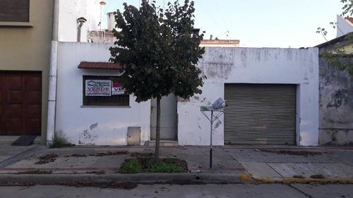 casa de 2 dormitorios y garage, calle 34 e/ 21 y 23. mercedes.