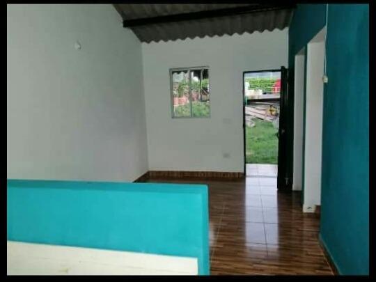 casa de 2 habitaciones, sala, cocina, baño y solar pequeño.