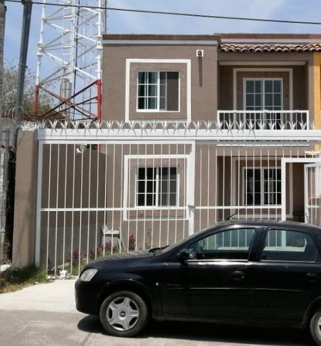 casa de 2 niveles  con amplio jardín y cochera 1-2 coches