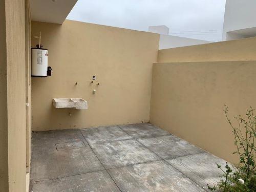 casa de 2 niveles con balcón en fracc. privado