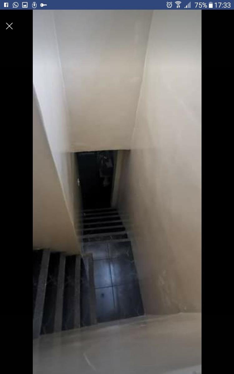 casa de 2 piso con fondo
