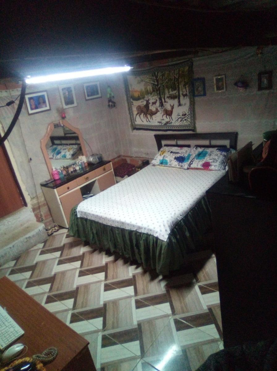 casa de 2 pisos, 3 cuartos, espacio para un local y 2 baños.
