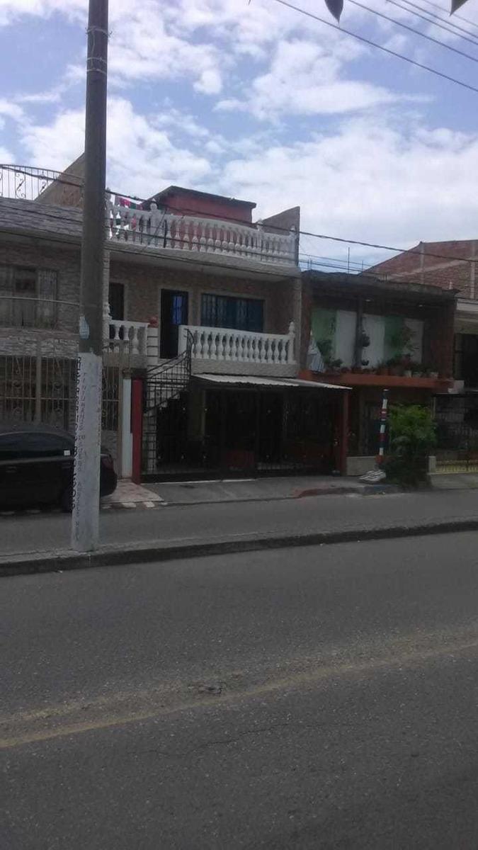 casa de 2 pisos, con 2 apartamentos en el segundo, y garaje