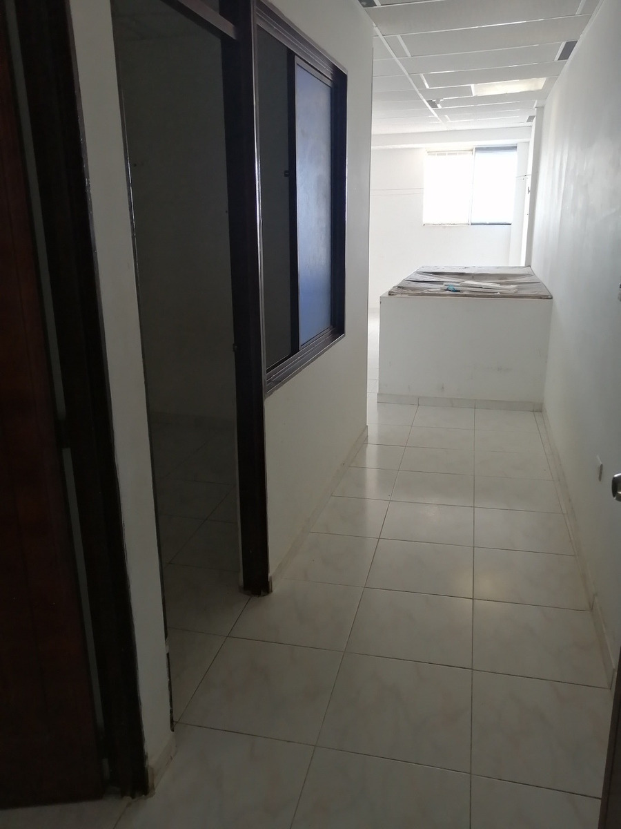 casa de 2 pisos con 4 apartamentos.