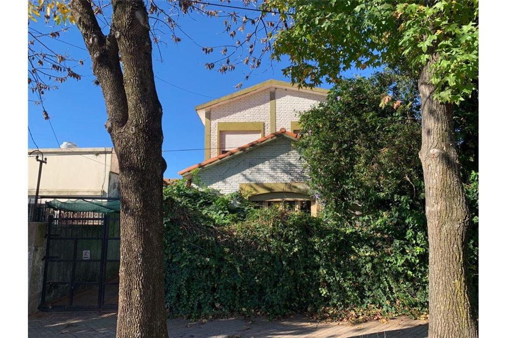 casa de 2 plantas con parque arbolado en baigorria