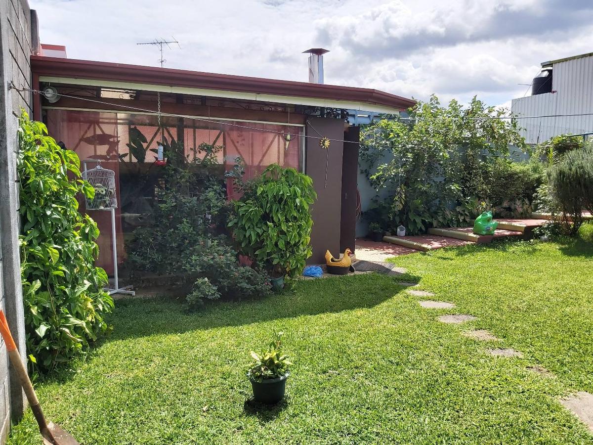 casa de 2 plantas y amplio patio