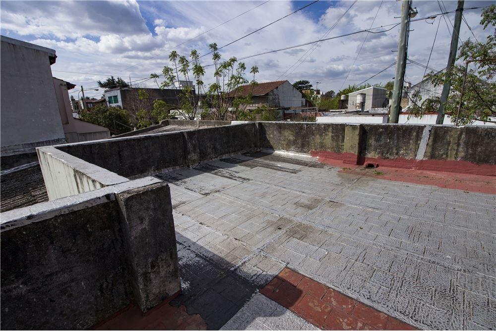 casa de 3 ambientes con cochera y jardin
