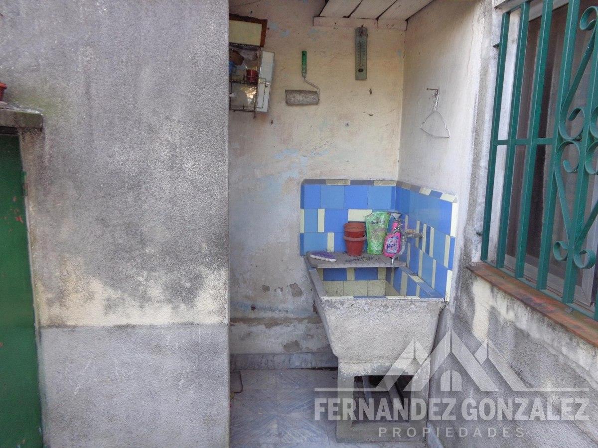 casa de 3 ambientes con patio, fondo y garage.