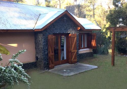 casa de 3 cómodos ambientes con cochera y parrilla