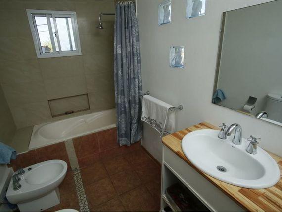 casa de 3 dormitorios, 2 baños y cochera -lote 166 mts 2 y 115 mts 2 cubiertos- berisso