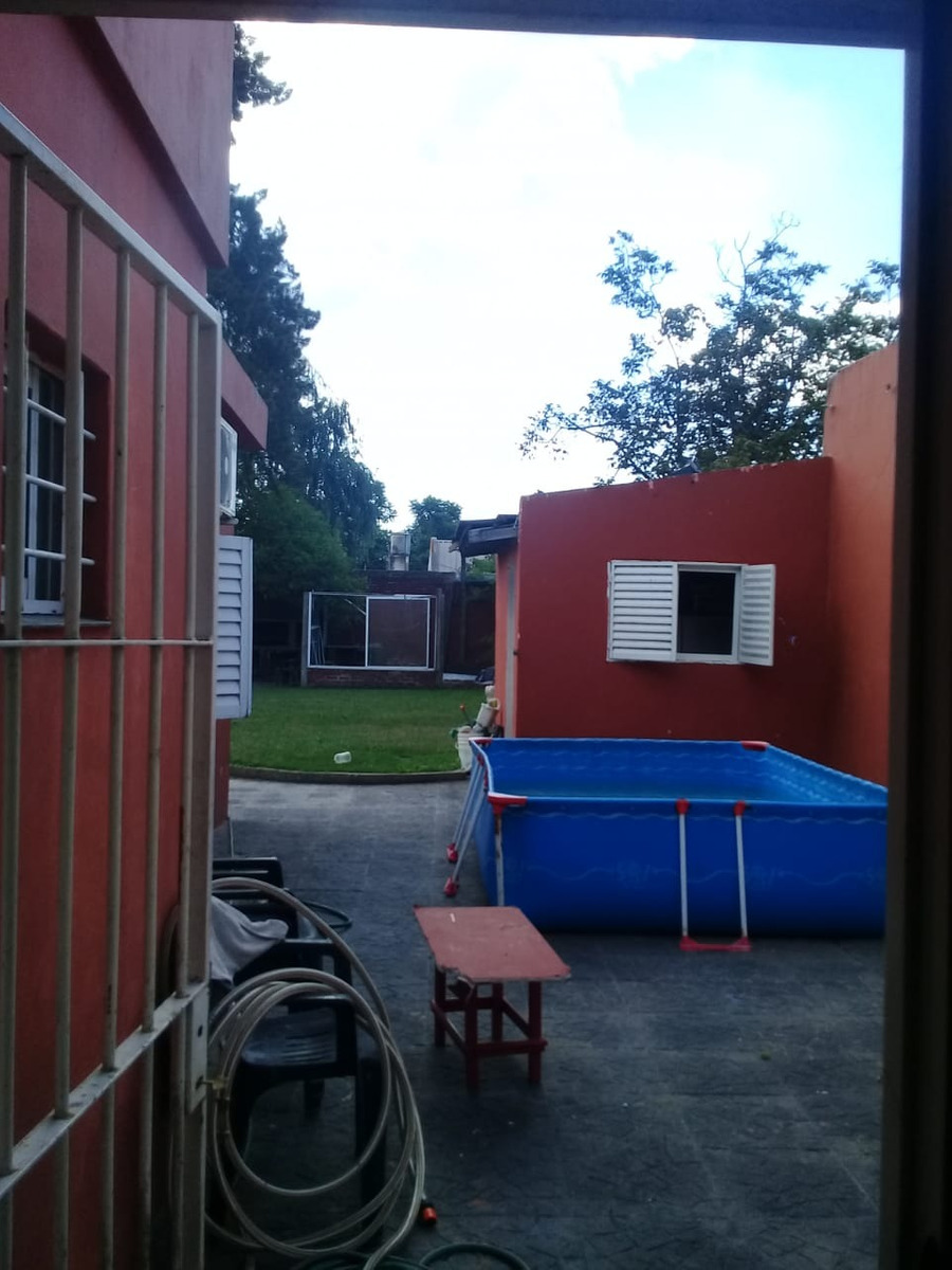 casa de 3 dormitorios parque leloir con amplio parque 1557