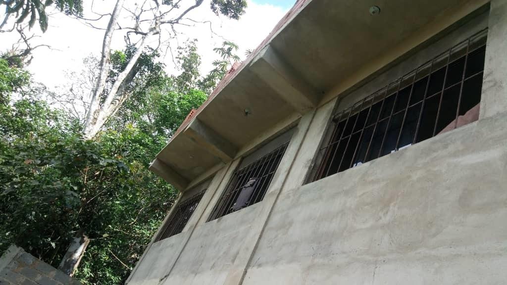 casa de 3 habitaciones, 1 baño y segdo piso en construcción