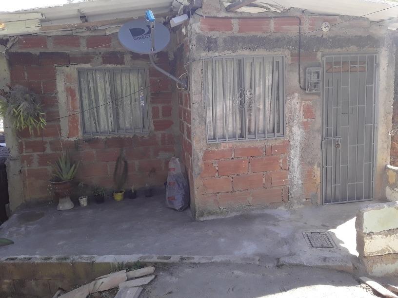 casa de 3 habitaciones, sala comedor, patio.