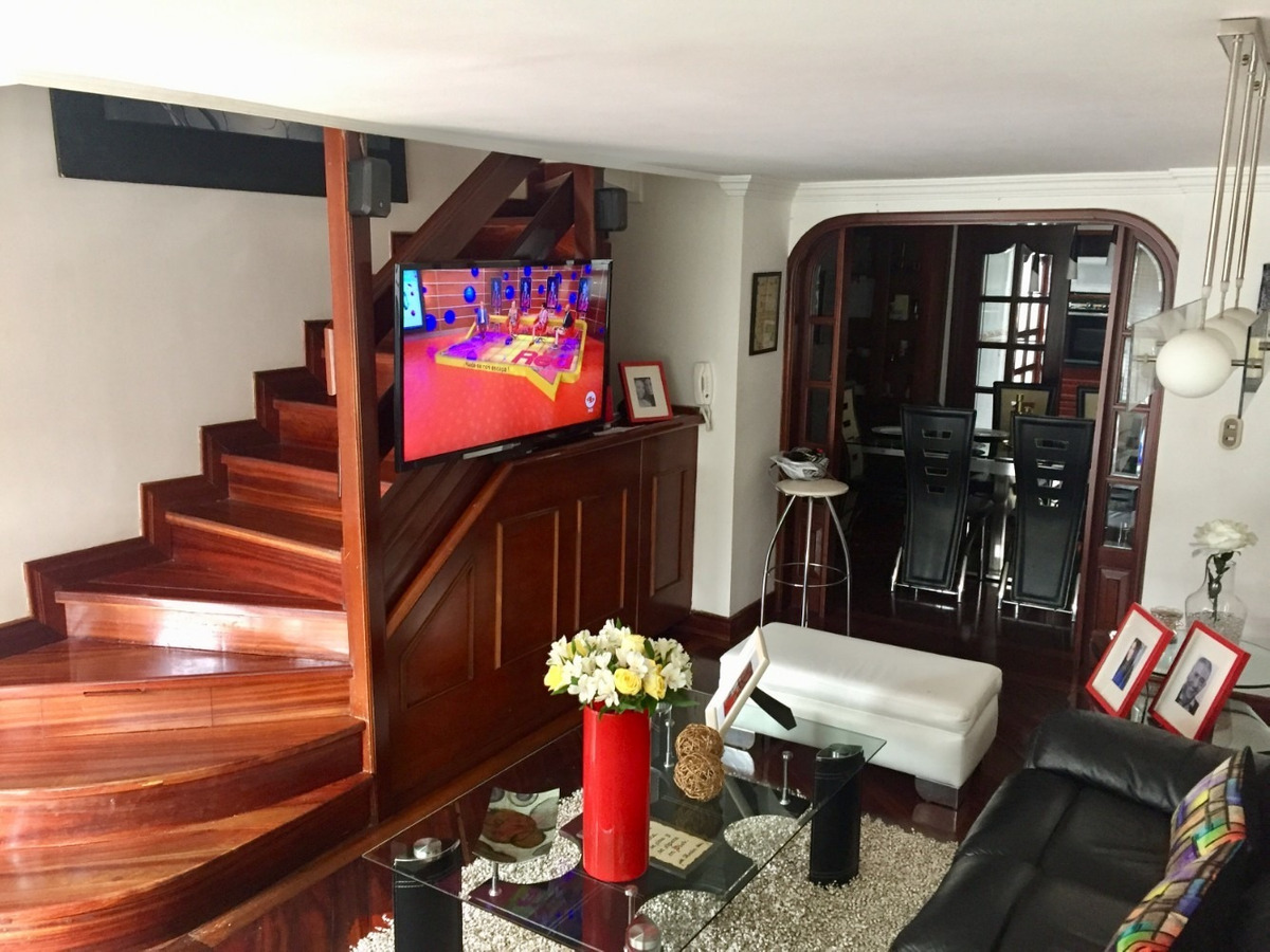 casa de 3 niveles, remodelada, pisos en madera, 2 parqueos.