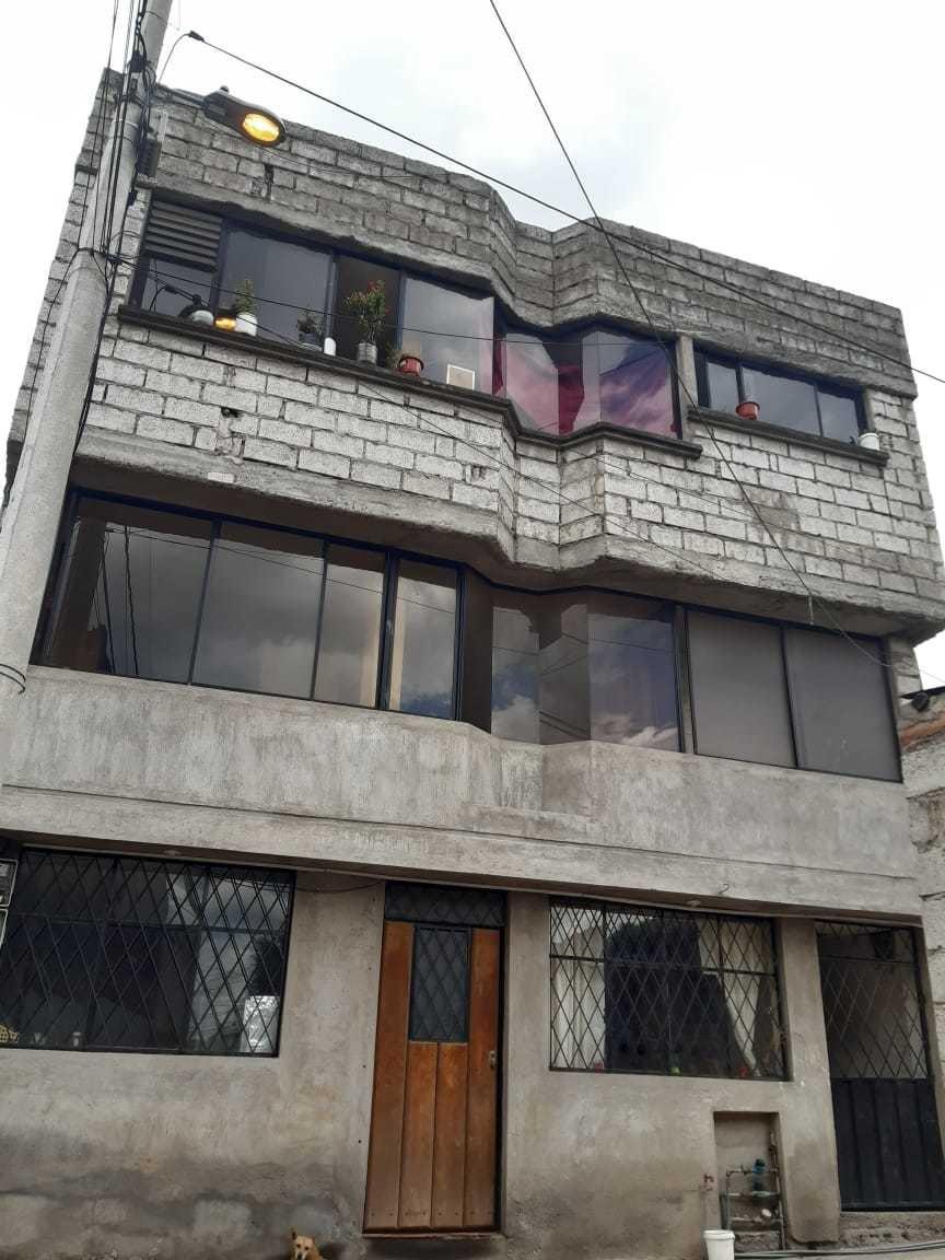 casa de 3 niveles y 5 departamentos