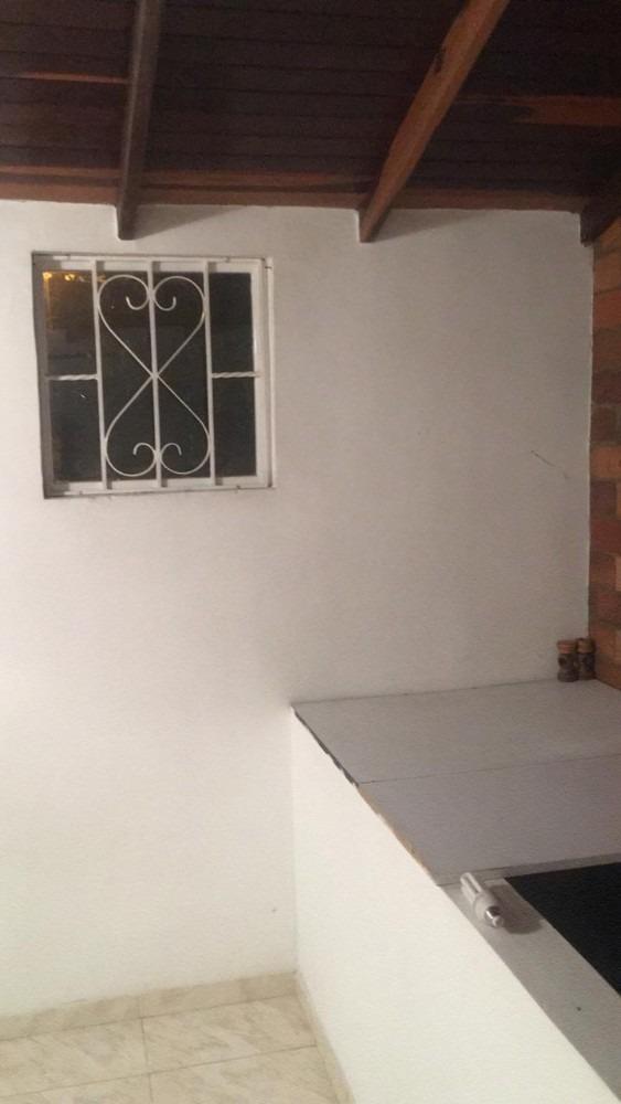 casa de 3 pisos, 2 baños, 1 cocina, 1 estudio,3 habitaciones