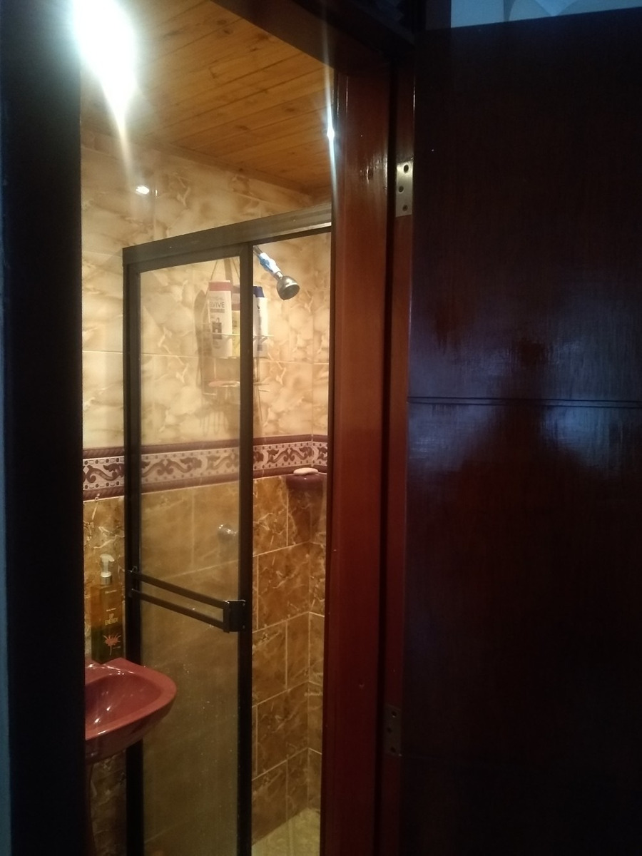 casa de 3 pisos, 3 baños, excelente estado