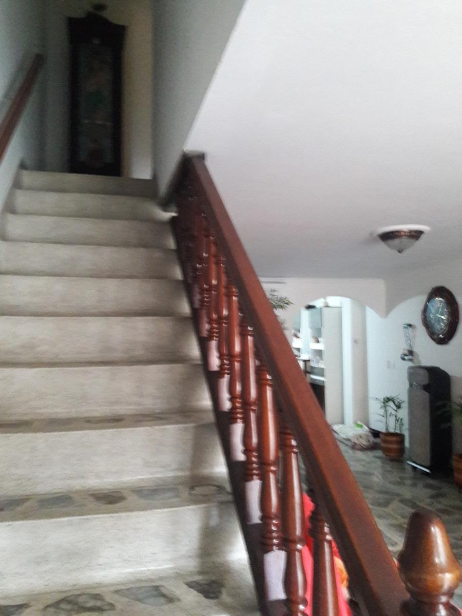 casa de 3 pisos, 5 habitciones, 3 baños, 2 patios