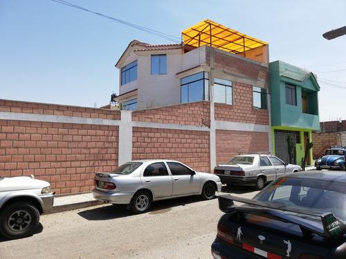 casa de 3 pisos, área de terreno es 273 m2.