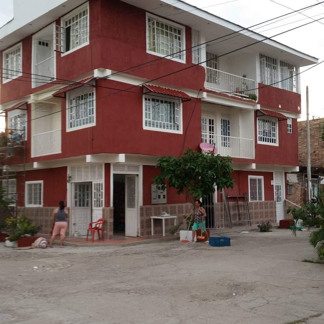casa de 3 pisos con 4 apartamentos y un local