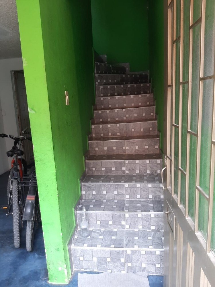 casa de 3 pisos, con garage en el primer piso