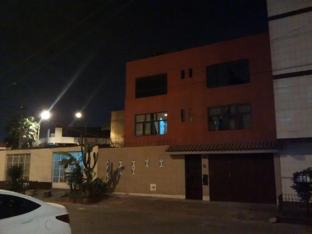 casa de 3 pisos en límite san martin de porres / los olivos