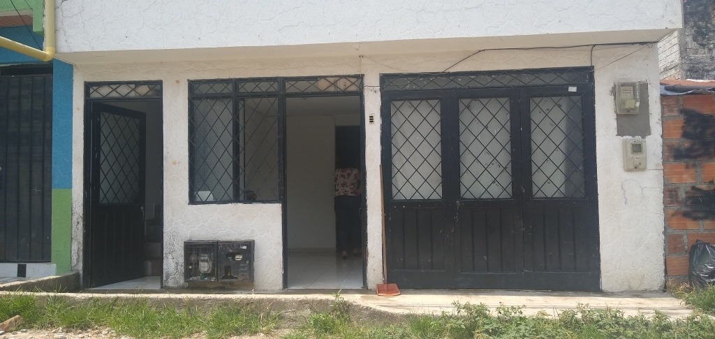 casa de 3 pisos, primer piso individual con 3habitaciones sa