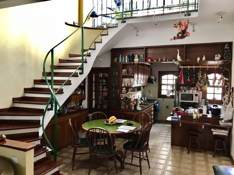 casa de 3 plantas en excelente ubicación