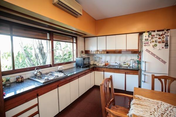 casa de 3 plantas sobre lote 8.66x30.60 mts. 5 ambientes con dependencia - caballito