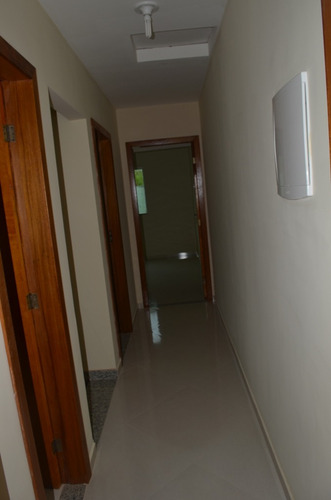 casa de 3 quartos, sendo uma suíte, duas vagas de garagem