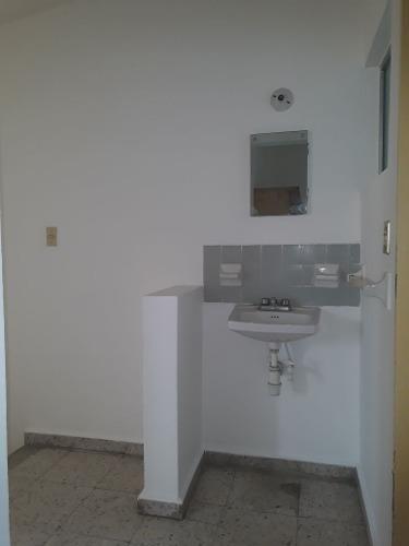 casa de 3 recamaras 1 baño completo a 1 cuadra de zaragoza