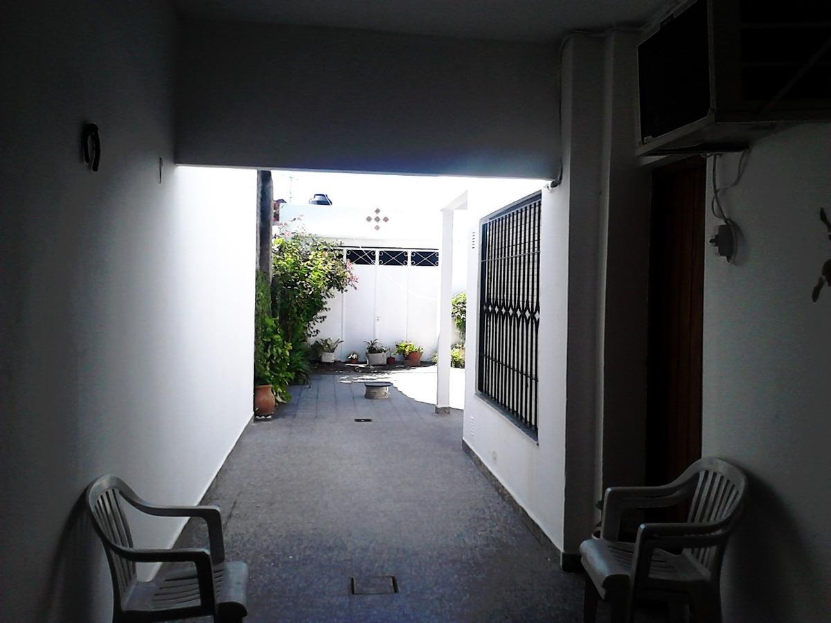 casa de 4 amb. con garage pasante.-