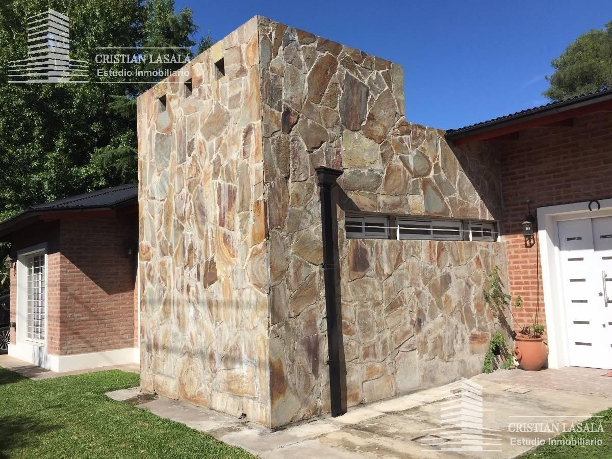 casa de 4 ambientes  con piscina y parque. villa udaondo. ituzaingó