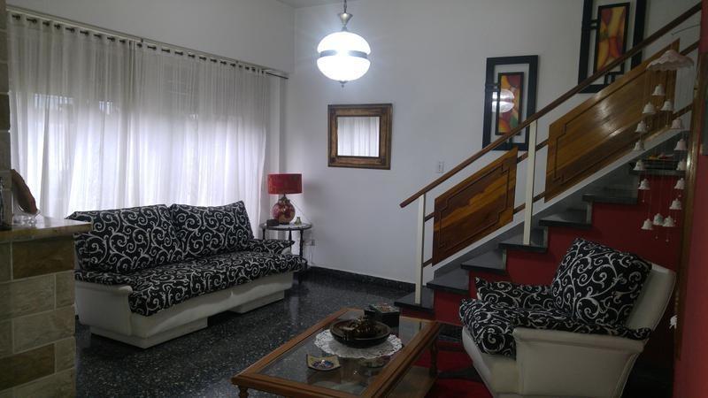 casa de 4 ambientes en venta, castelar norte con piscina - cochera - excelente estado
