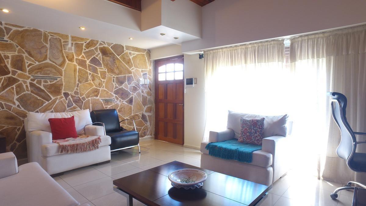 casa de 4 dormitorios en alberdi | patio y quincho | reciclada