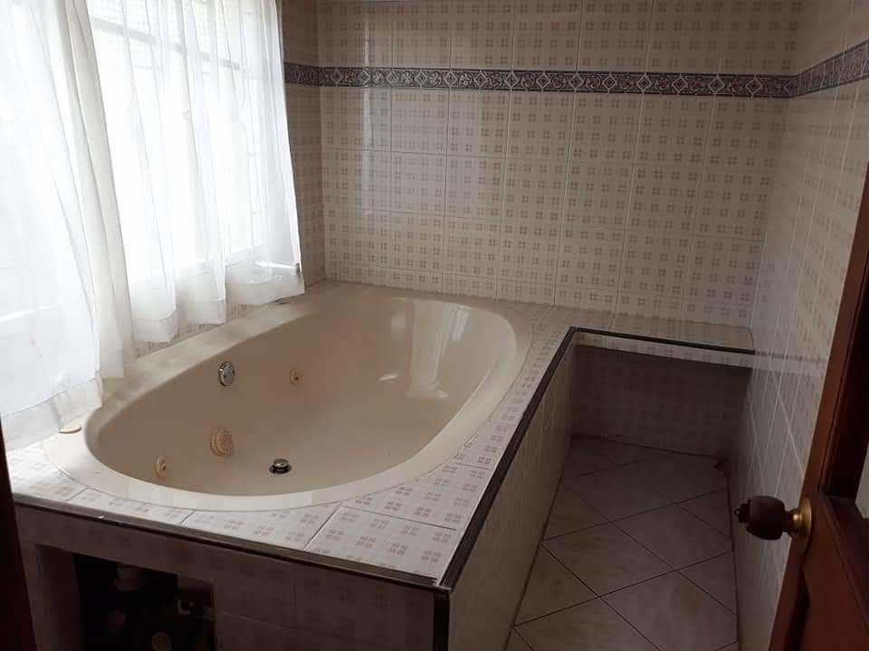casa de 4 habitaciones, 3 baños, jacuzzi, garaje.