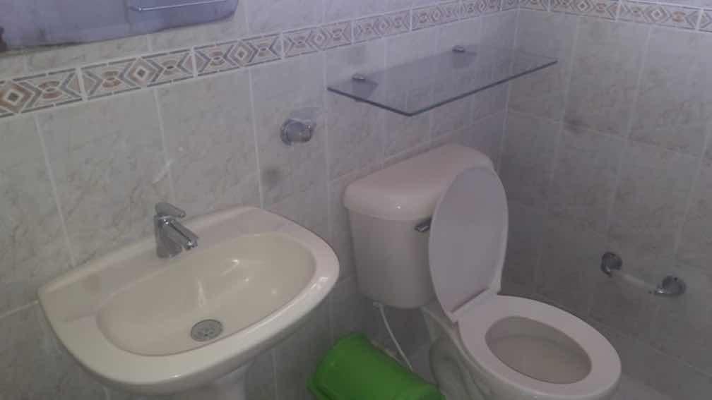casa de 4 habitaciones, 4 baños, 2 salas, 1 comedor