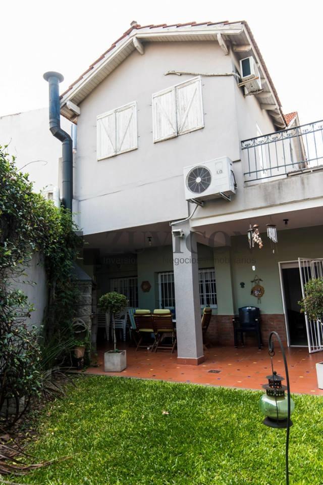 casa de 5 ambientes con dependencia, cochera y jardín.