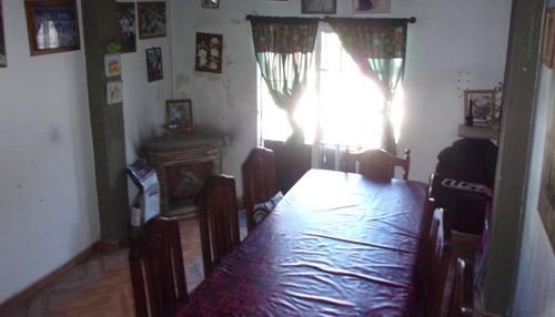 casa de 5 ambientes ubicada a metros de av. vernet