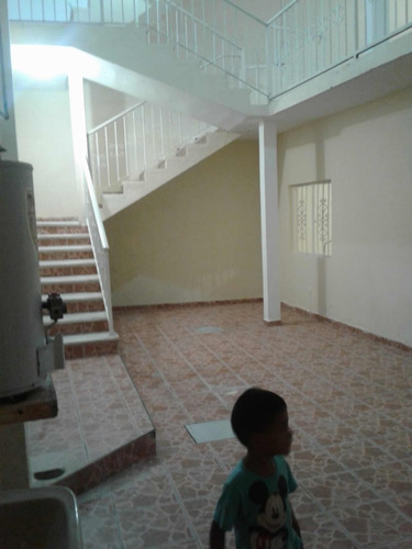 casa de 5 habitaciones, 2 baños, cocina y estacionamiento.