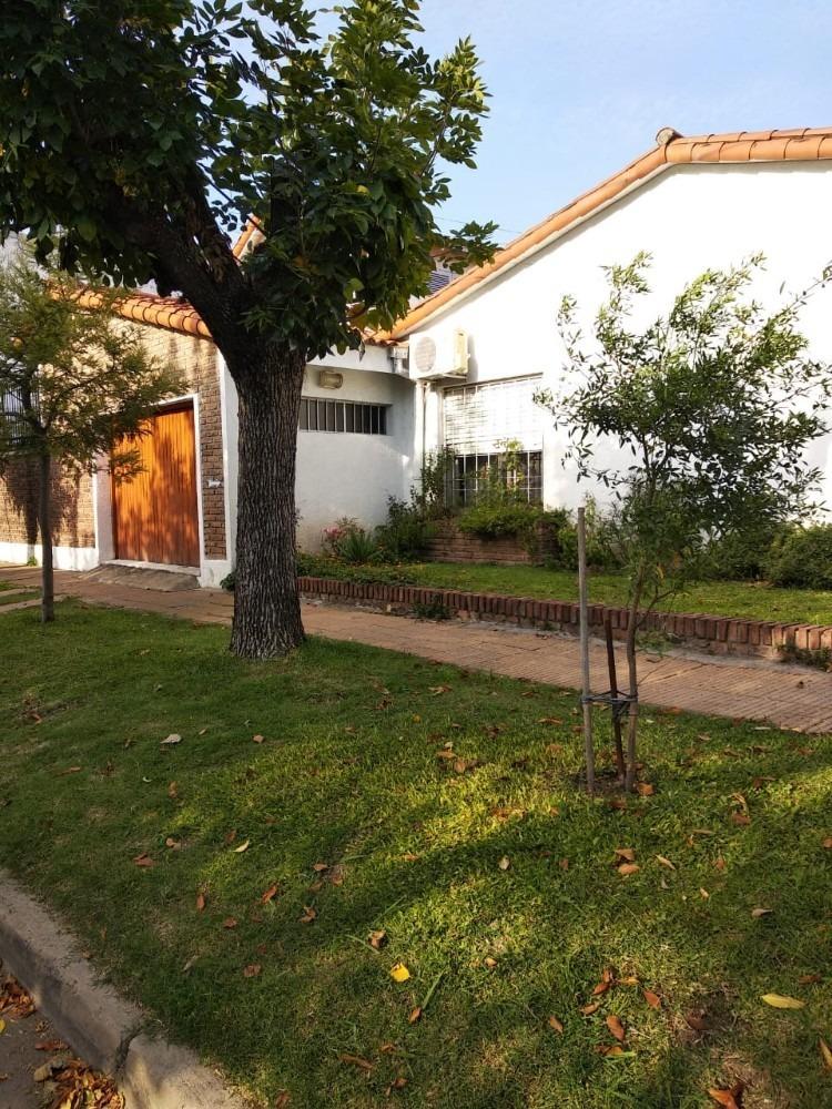 casa de 6 ambientes, 2 baños patio y garaje excelente zona
