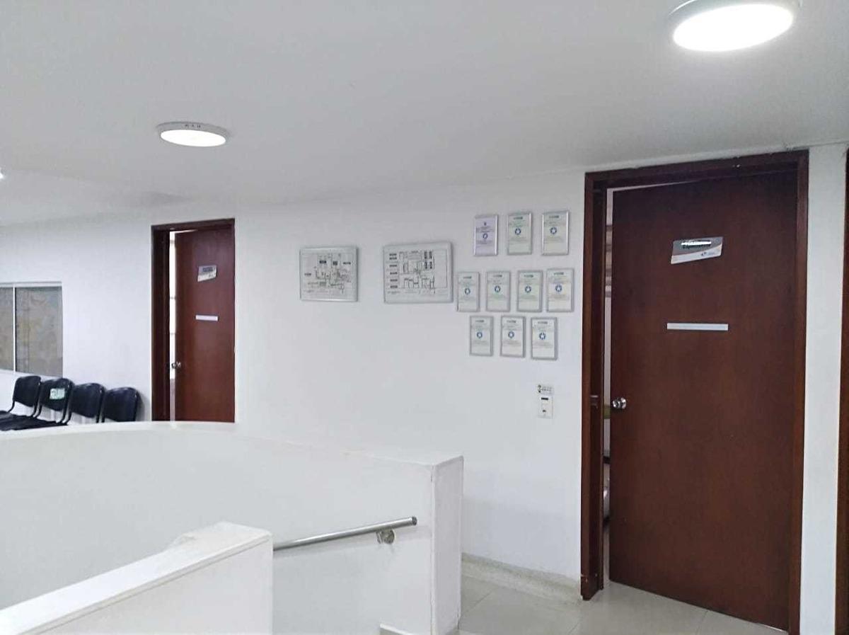 casa de 7 habitaciones, 4 baños, bien ubicada y con parqueo