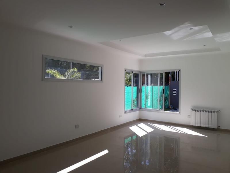 casa  de cuatro ambientes en venta, ituzaingo. sobre lote de 9 x 42 a estrenar en parque leloir.