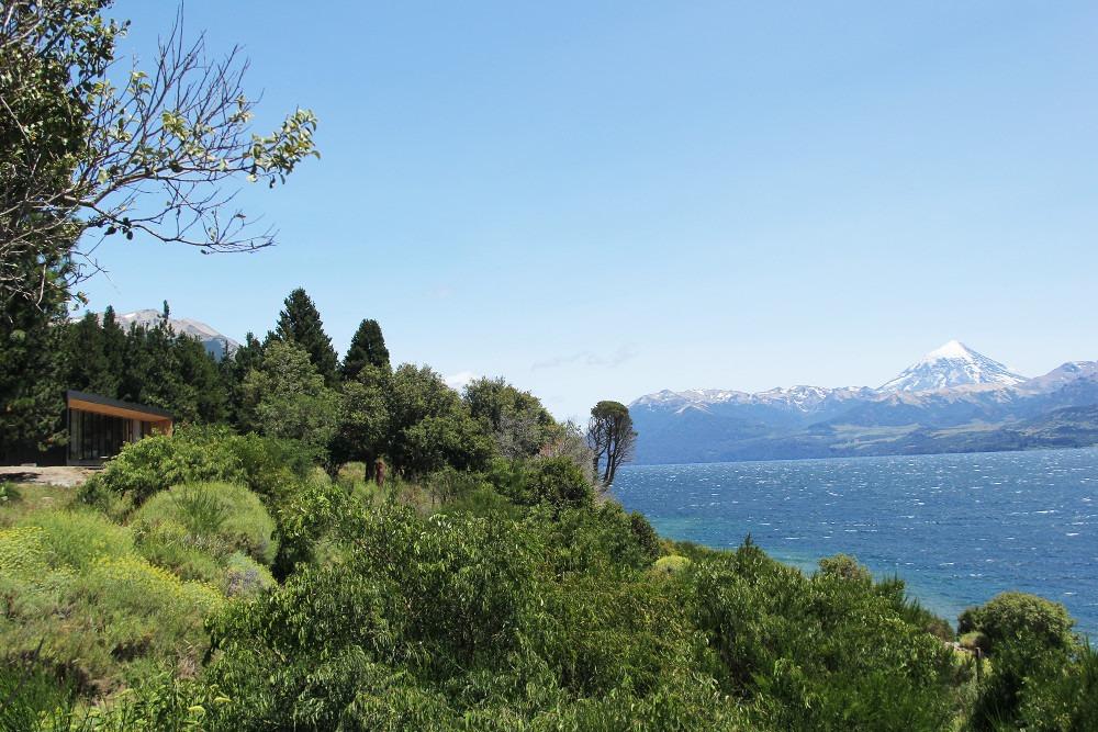 casa de diseño frente al lago huechulafquen y volcán lanin